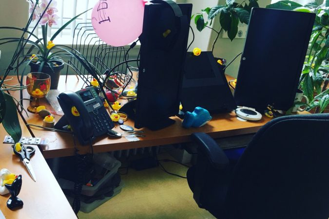 Combien on peut cacher de canards en plastique sur un bureau bordélique ?